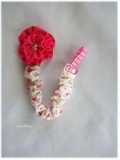 Fita de chucha com flor em tecido. {Flower pacifier clip.}