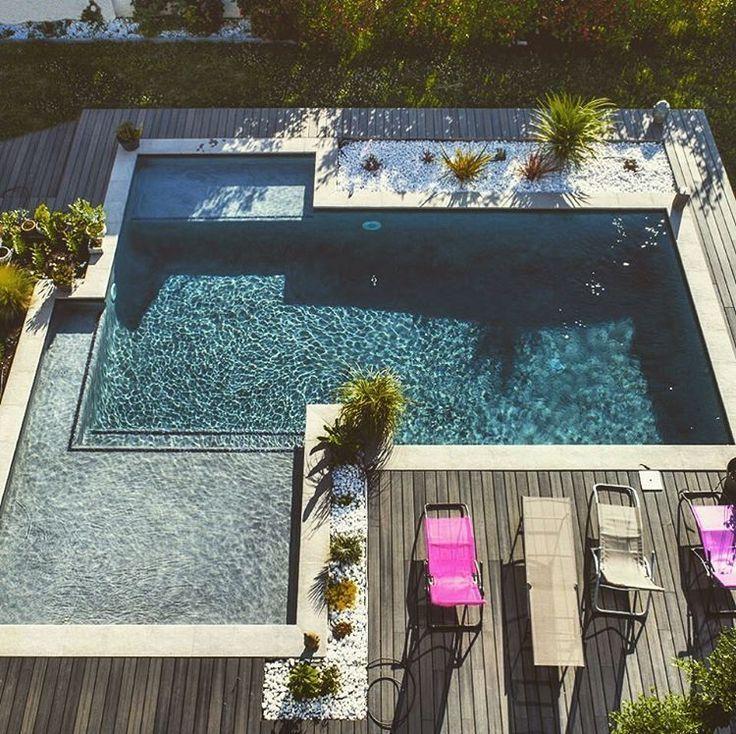 Drone Von Oben Gesehen Ist Dieser Pool Aufgrund Seiner Form Und Seines Großen Strandes Aufgrund Pool Landscaping Backyard Pool Backyard Pool Landscaping