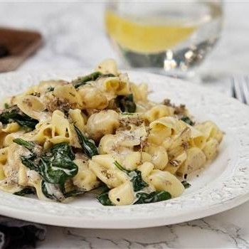 Krämig och snabblagad pasta med godsaker som grädde, parmesan och spenat. Perfekt vegetarisk vardagsrätt.