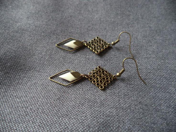 Boucles d'oreilles bronze avec carré ajouré, losange et sequin émaillé écru : Boucles d'oreille par plumecreative