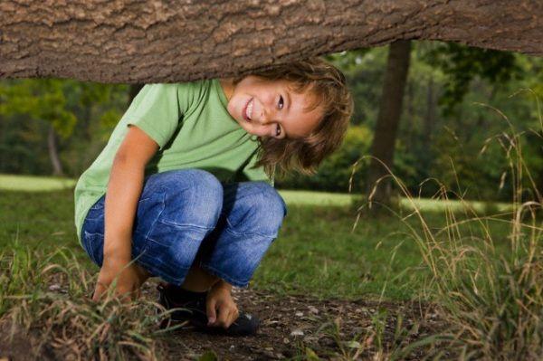 Questa caccia al tesoro è adatta a bambini un po' più grandicelli (6-10 anni, all'incirca l'età della scuola primaria). E' pensata per due squadre, ma è possibile aumentare il numero moltiplicando prove e indovinelli. La si può organizzare in casa o in un giardino.