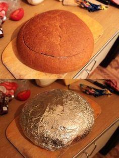 Hledáte snadný recept, který byste měli hotový během chvilky? Tak to je tenhle lahodný sendvič z bochníku chleba přesně pro vás! Na tomhle dezertu si pochutná celá vaše rodina i přátelé! Zamilujete si ho ihned po prvním ochutnání! Je totiž naprosto fantastický! Navíc si ingredience, které do chleba vložíte můžete vybrat sami! Postup 1) Opatrněodřízneme