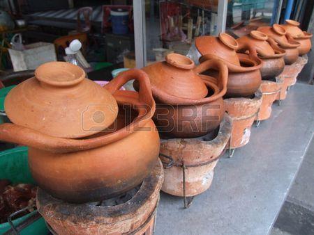 Macetas de barro para cocinar fuera de un restaurante en Tailandia  Foto de archivo