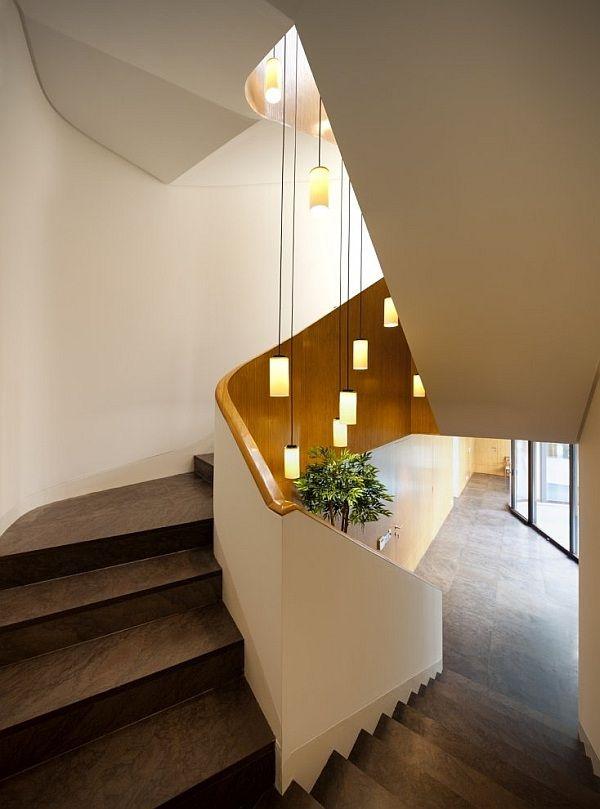 treppenhaus beleuchtungsideen pendelleuchten stufen farbeffekte