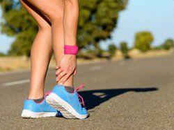 Ein kurzer Moment, schon ist es passiert – Sie knicken um – und das Sprunggelenk schmerzt. Was nun: Erste Hilfe bei Sportverletzungen | http://eatsmarter.de/blogs/ingo-froboese/hilfe-bei-sportverletzungen