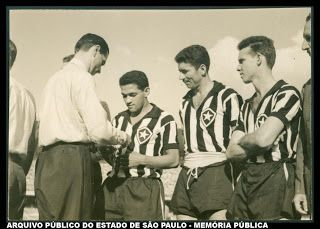 Hoje mostro uma rara foto datada de 1958. Os jogadores do Botafogo (RJ): Garrincha, Nílton Santos e Zagallo. crédito: Arquivo Público do Estado de São Paulo.