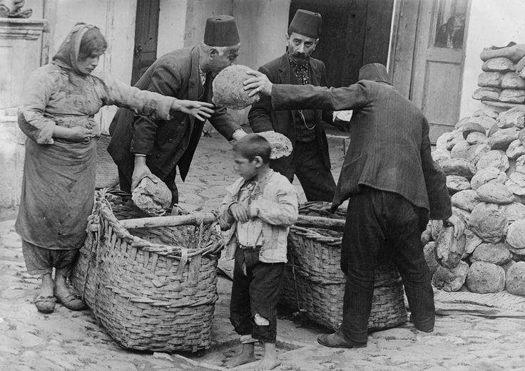1918 - İstanbul'da Ekmek Dağıtan Bir Hayırsever1.Dünya Savaşı'nın bittiği yıl, halk perişan halde...