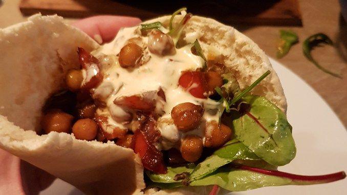 Pita met kikkererwten en harissasaus Meatless Monday.jpg