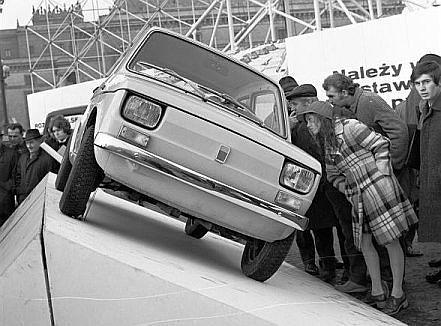 Fiat 126p prezentowany był w wielu miastach Polski, wszędzie wzbudzając powszechne zainteresowanie.