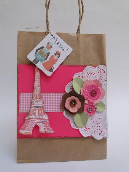 Sacola Kraft, decorada com papéis Color Plus e scrapbook. Tema e cores podem ser alteradas. alecrimartes@hotmail.com
