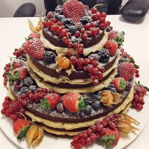 Naked cake de chocolate com recheio de brigadeiro branco, decorado com frutas. A partir de R$ 140 o quilo. Da confeiteira Vera Franco (http://cupcakedavila.blogspot.com.br/). Preço pesquisado em junho de 2014 e sujeito a alterações