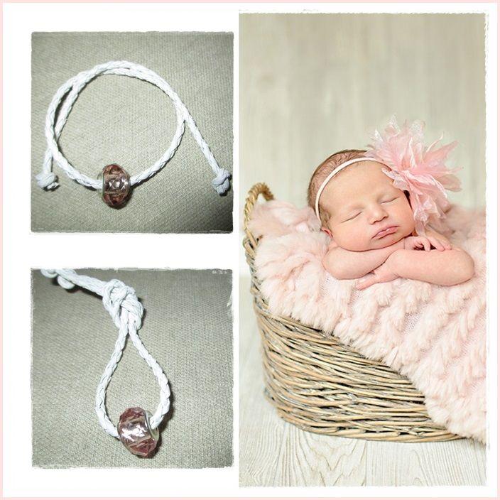 Pink dream Marturie de botez sub forma de bratara din snur impletit cu un charm de cristal tip Pandora. Puteti alege culori diferite atat pentru snur cat si pentru charm. Invitatii vor fi incantati si o vor purta cu drag.