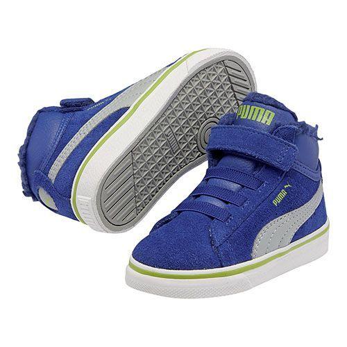 De Puma Mid Vulc FUR - De Puma Mid Vulc FUR is een stijlvolle nieuwe halfhoge schoen voor de koudere dagen. Dankzij de bontvoering blijven de voeten van je kind lekker warm. De gevulkaniseerde buitenzool geeft je voet extra bescherming en stabiliteit. De schuin aflopende schacht is ook erg trendy. De kleurrijke en heldere look is perfect voor zowel meisjes als jongens.