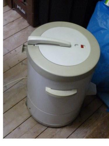 Centrifuge. Werd na het wassen gebruikt want zo'n oude bovenlader centrifugeerde niet. Dit ding maakte enorm veel geluid en schommelde hevig. Als hij daardoor omviel had je moeder een probleem en kon het een waterzooitje worden