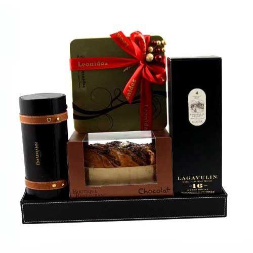Cel mai rafinat whisky scoţian, alături de un set suveran de ceai franţuzesc, cea mai fină ciocolată belgiană, un cozonac autentic românesc şi savuros, oferite pe o tavă cadou din piele neagră, expresia luxului desăvârşit şi a celor mai nobile şi frumoase intenţii. Cadoul cu care veţi impresiona puternic chiar pe cele mai pretenţioase persoane!