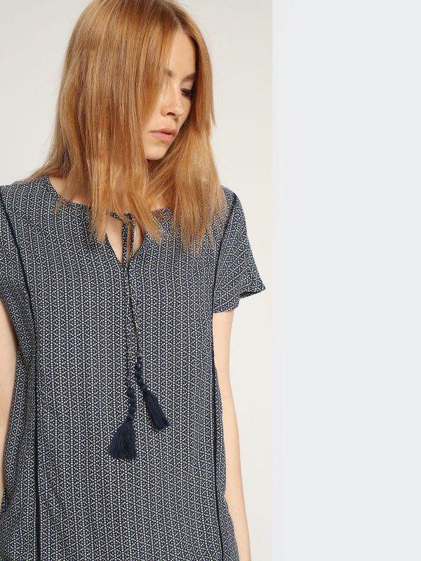 W2017 Bluzka damska granatowa  - bluzka krótki rękaw - TOP SECRET. SBK2183 Świetna jakość, rewelacyjna cena, modny krój. Idealnie podkreśli atuty Twojej figury. Obejrzyj też inne bluzki tej marki.