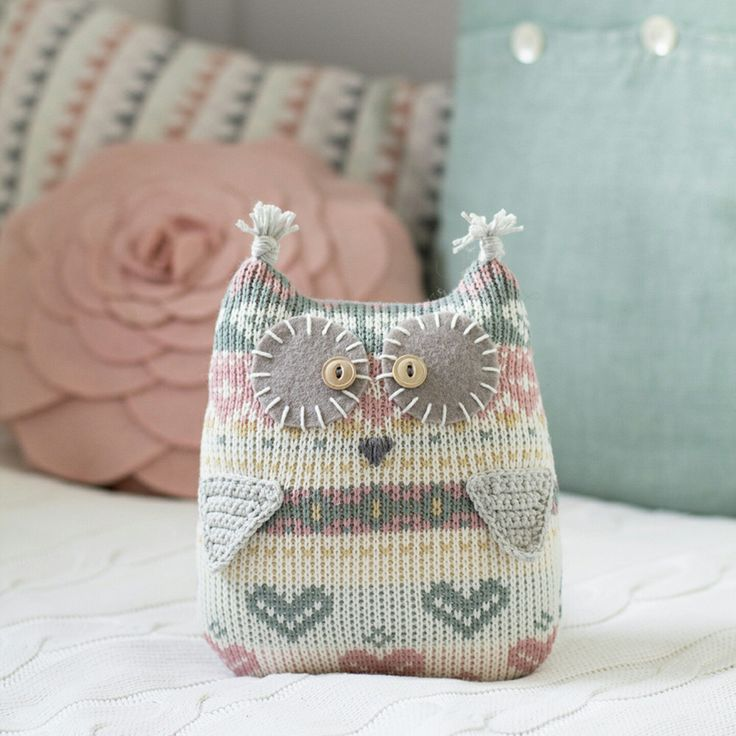 My Etsy shop is finally up and running! Yeah! I'd like to welcome you with one of my favourite repurposed sweater owl softies. Isn't it adorable?