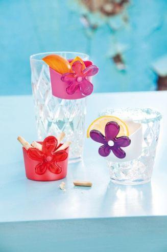 A-PRIL #Tassenutensilo: Sag' es durch die Blume. Das farbenfrohe Tassenutensilo von #Koziol wird einfach am Tassenrand eingehängt und serviert Teebeutel, Zuckerwürfel, #Kaffeemilch und #Kekse zusammen mit einem blumigen Gruß. So fängt der Tag gut an!