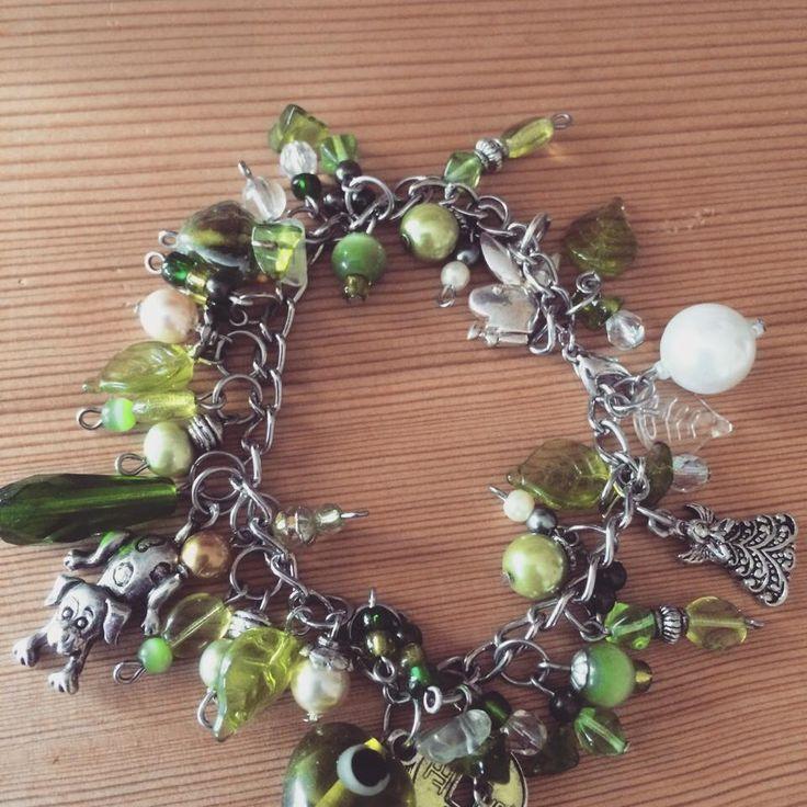 Armband i grönt med överflöd av berlocker o pärlor