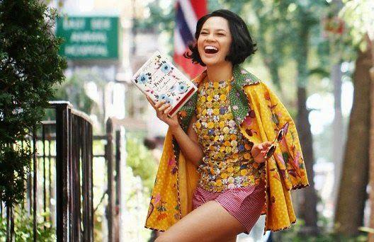 Indonesian singer Andien draped in a batik jacket in New York 2014 http://3.bp.blogspot.com/-U3uQWpGt-WU/UmiYZAIw7CI/AAAAAAAAApM/bitRfGpTD0c/s1600/Foto+Andien+Batik.jpg