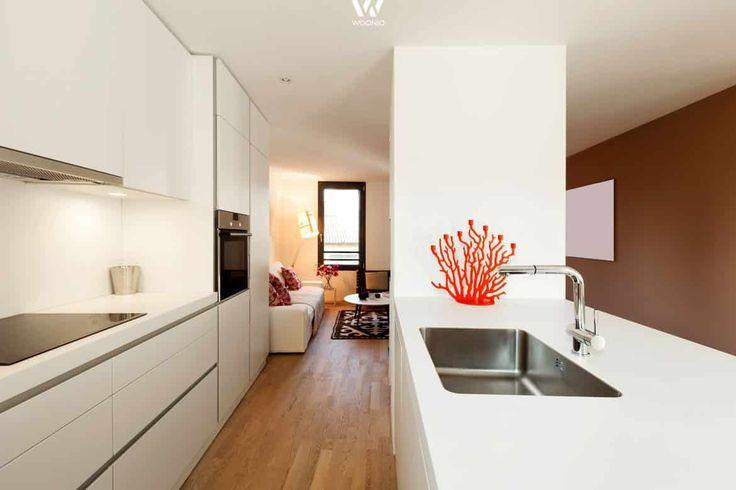 Wunderbar matt-weisse Küche in Schlauchform