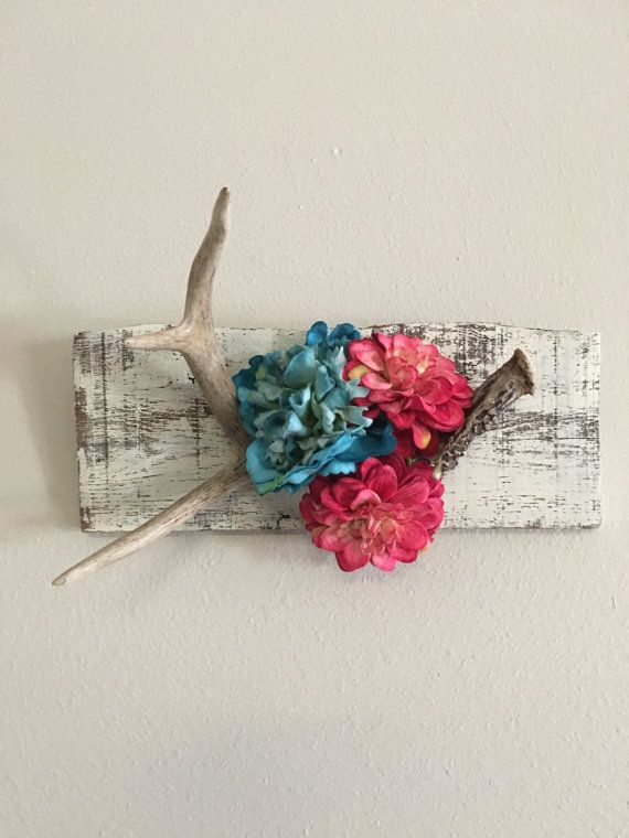 Vintage decorative deer horn mounted on a shabby chic plank! Elegant and chic! Price does not include shipping! Please contact me with shipping