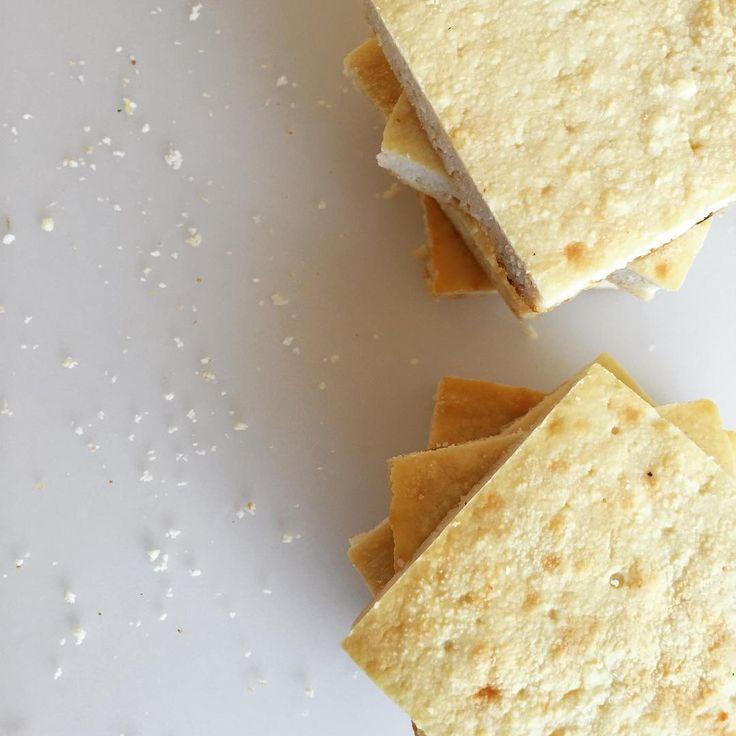 🧀🍘MASITAS DE QUESO🍘🧀 Dedicado a quienes me pedían recetas de snacks salados. Ayer les subí la versión dulce, hoy va la salada.  🔸Necesitas: (rinde 8 porciones) 🔻1 paquete de 500 gramos de ricotta magra.  🔻4 claras.  🔻2 cucharadas soperas de harina de lino(la hacen procesando semillas de lino doradas que se adquieren en barrio chino o dietéticas). Este ingrediente puede omitirse si quieren hacerlo 0% grasa pero le da un toque especial que queda bueno.    Reemplazables por 3 cucharadas…