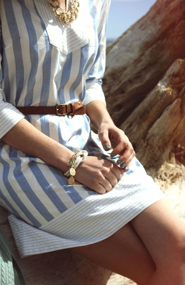 Море, горы, девушка, полосатое платье с голубми полосками, коричневый кожаный ремень, белый браслет с морским узлом Kiel James Patrick, ногти с лаком бирюзового цвета, цвета морской волны