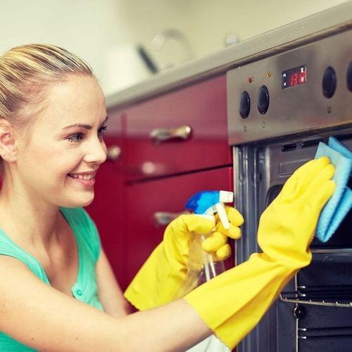 Pulire il forno con il bicarbonato (e altri rimedi naturali)