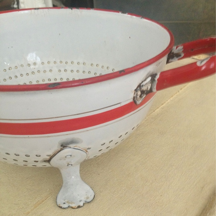 Vintage colander features red stripes and 3 adorable duck paddle like feet!
