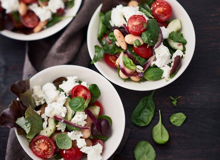 Paljon kasviproteiinia ja kuitua sisältävät voipavut saavat tässä raikkaassa salaatissa ylleen maukkaan marinadin ja ripauksen herkullista fetaa.