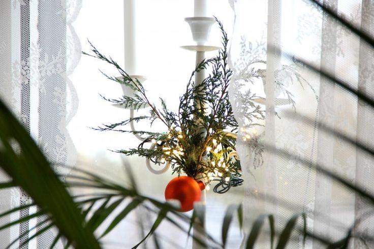 In dem DIY Weihnachtsdekorations post zeigt Bloggerin Célina wie man normale Dekoration weihnachtstauglich macht. #christmasdecor #decor #interior