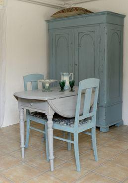 Runt klaffbord med svarvade ben-typical Swedish Klaffbord /fold out table <3