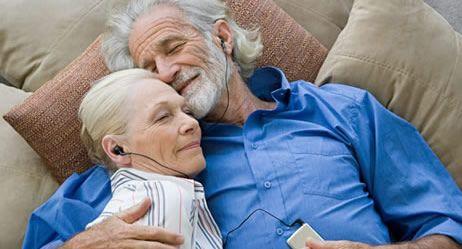liegendes senioren Paar hören Musik