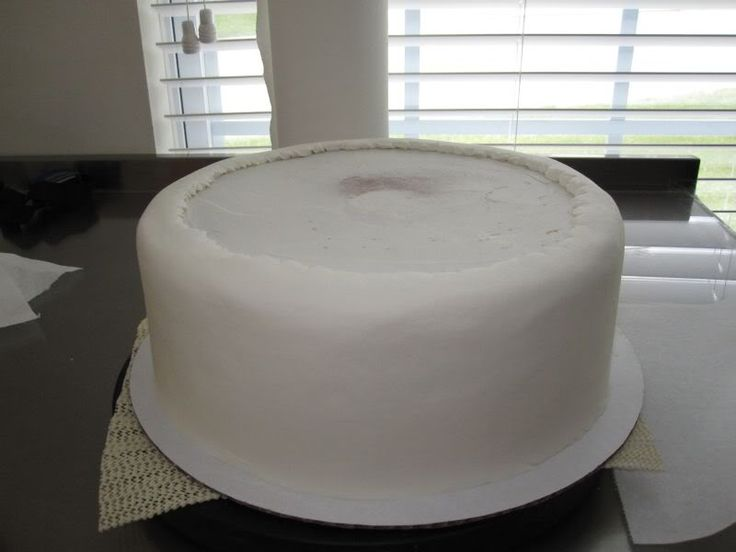 Make frosting look like fondant - i need to try this technique :-)