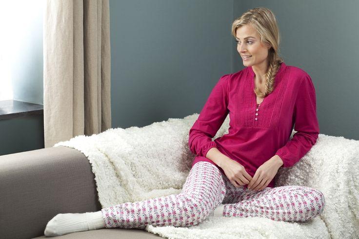 Heerlijke Pyjama met fychsia shirt en witte broek met fuchsia/grijze opdruk.  #pyjama #sleepwear #nachmode #fashion #mode #goodnight  http://www.lingerie-athome.nl/pastunette-pyjamashirt-roze-lange-mouw http://www.lingerie-athome.nl/pastunette-lange-pyjamabroek-roosjes