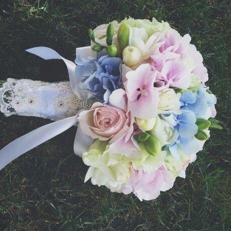 Нежный круглый букет из гортензии, фрезии, пионовидных и обычных роз с декором из винтажного кружева и страз