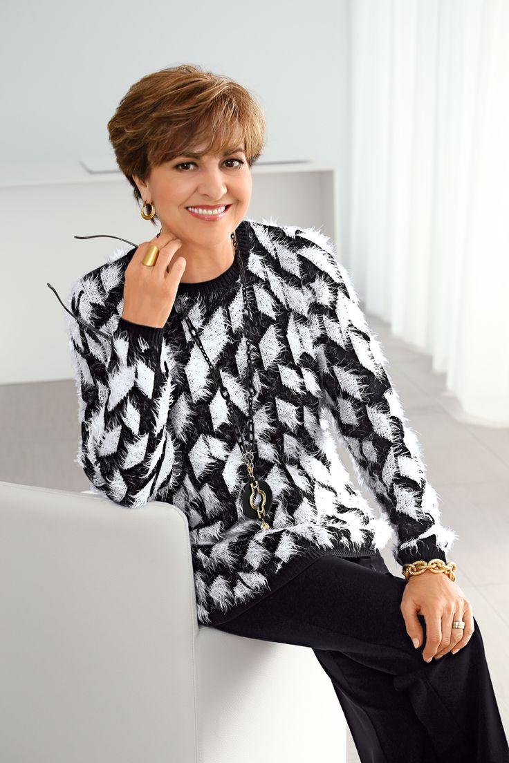 Schön flauschig – so hat es Paola Felix gern! Wenn auch Sie weiche Pullover mögen und Ihren Wunschzettel noch füllen müssen, empfehlen wir Ihnen dieses schwarz-weiße Prachtexemplar. #Mode