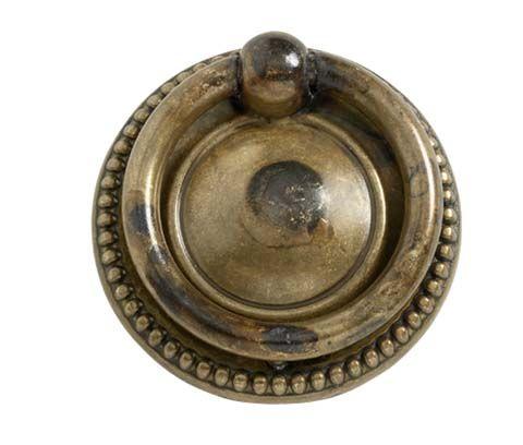 Allabeslags sortiment utökas med fler möbelbeslag. De klassiska handtagen Ring 106-40 Antik och Ring 157-33 Antik är tillverkade i mässing med vacker patina. Passar för möbler och även för kökslådor och köksskåp i lantlig eller äldre stil. #Allabeslag #möbelbeslag #antique #mässing #BeslagDesign