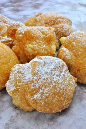 Bignè di San Giuseppe quelli ripieni con la crema, fritti, pieni di zucchero a velo che fanno parte della tradizione romana per eccellenza.