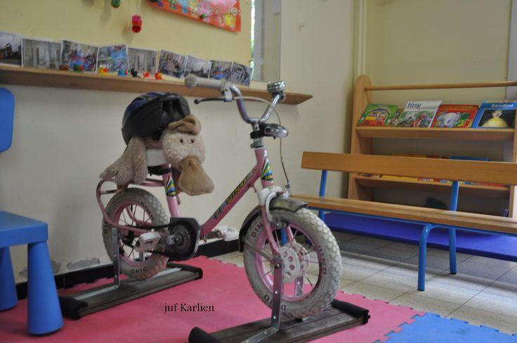 """mijn eigen """"hometrainer"""", compleet met fietsbel, lampen, ... De klaspop teste hem uit (met helm!), nadien vonden ook de klrs van de 1ste klrklas hem super! :D"""