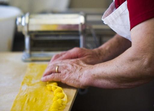 Le mani di nonna Agnese al lavoro per fare i tipici agnolotti al plin da @Rosetta Fedelem Bragheri