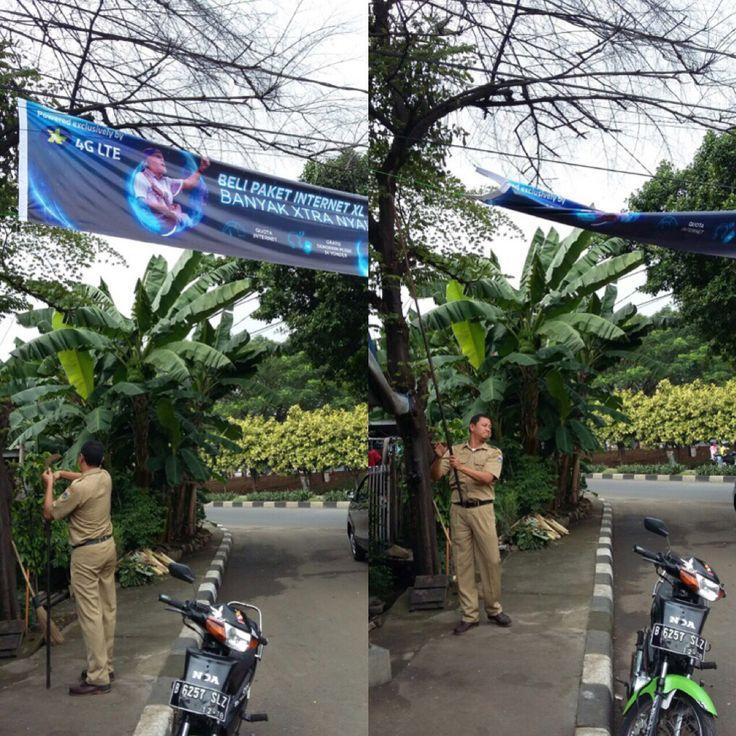 Staf Uppd Dursaw mencabut spanduk liar yg melintang ditengah jalan raya