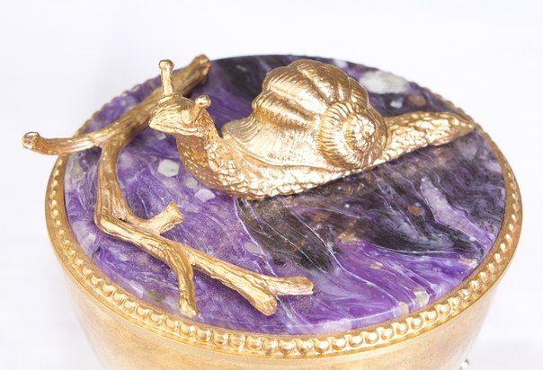 Еще одна необычная деталь из салона «Бронза». Изящная шкатулка, декорированная фигуркой улитки — буддистского символа терпения. Фиолетовый минерал — это экзотический чароит, талисман философов и поэтов.