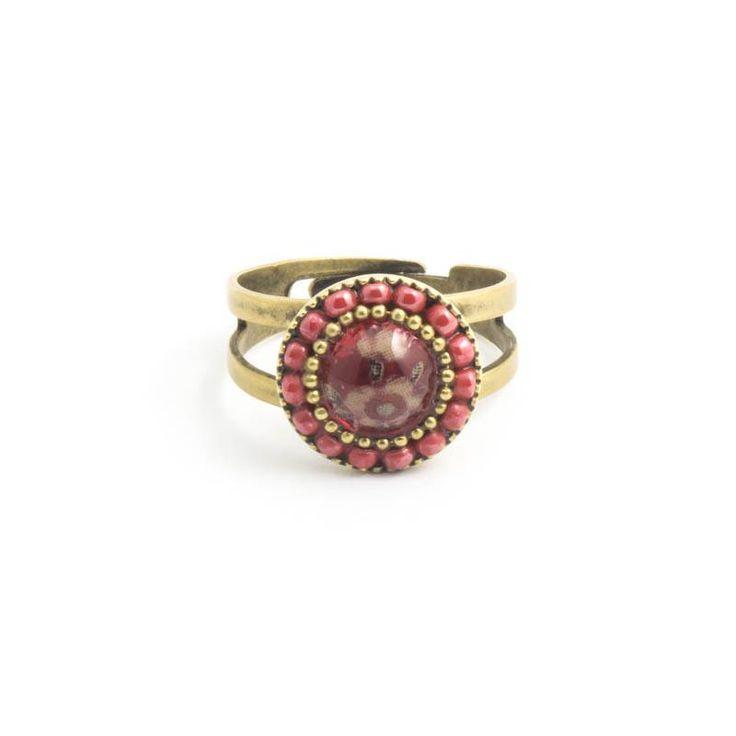 Ring met bloemen op rode steen