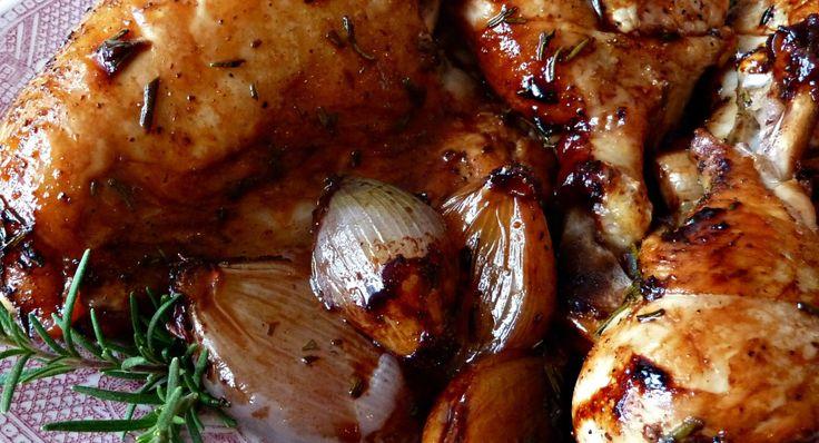 Receta Pollo rostizado con soya, balsámico y romero 1/4 taza de vinagre balsámico 1/4 taza  de salsa de soya 1/4 taza de hojas de romero frescas 1/4 taza de miel de abeja pimienta negra recién molida 1  pollo de 1.800 kg, cortado en 10 piezas 8 echalotes pelados  (pueden sustituirlos por cebollitas de cambray sin el rabo) 1 cucharada de aceite de oliva http://lossaboresdemexico.com/receta-pollo-rostizado-con-soya-balsamico-y-romero/