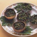 Cappelle di funghi su foglie di vite