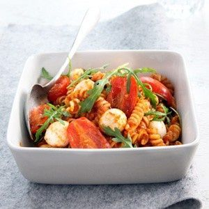 Fusilli met Bolognesesaus, rucola, cherrytomaatjes en mozzarellabolletjes recept - Pasta - Eten Gerechten - Recepten Vandaag