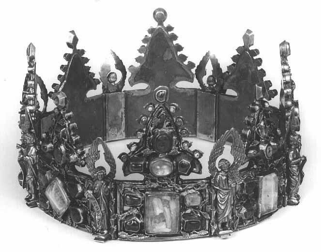 La corona del rey San Luis de Francia entregada por el monarca a los dominicos de Lieja. Plata dorada estampada y cincelada, con piedras y cristales de roca, no hay manera de encontrarla a color. Compuesta por 8 placas rematadas en florones, separadas por estatuas de ángeles, cada placa tiene una cavidad para guardar reliquias. Cada una está identificada por la filacteria que lleva cada ángel (la inscripción en las pequeñas cintas que sujetan).
