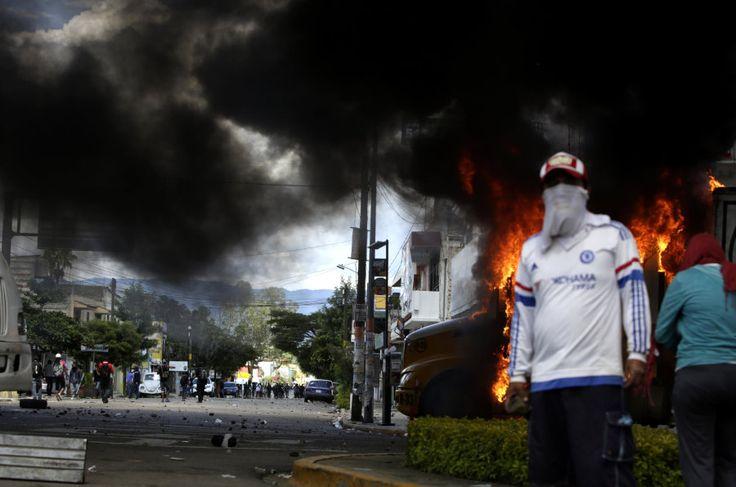 Un cohete pirotécnico lanzado por maestros de la Coordinadora Nacional de Trabajadores de la Educación (CNTE) que protestaban contra la llegada del presidente Enrique Peña Nieto,...